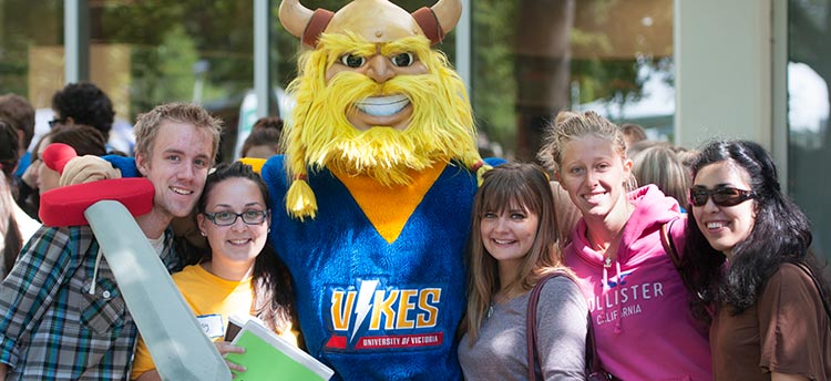 Students with Thunder the mascot